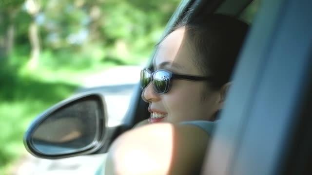 frau in einem auto, fenster, slow-motion - menschliches gelenk stock-videos und b-roll-filmmaterial