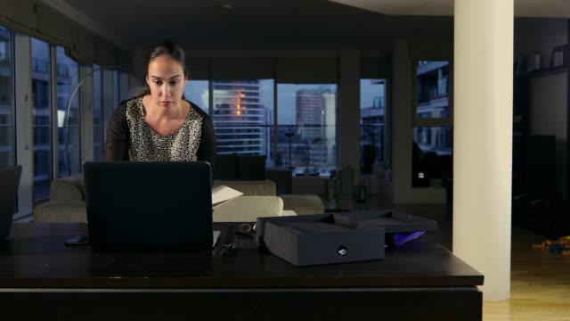 vidéos et rushes de woman in a city apartment - hot desking