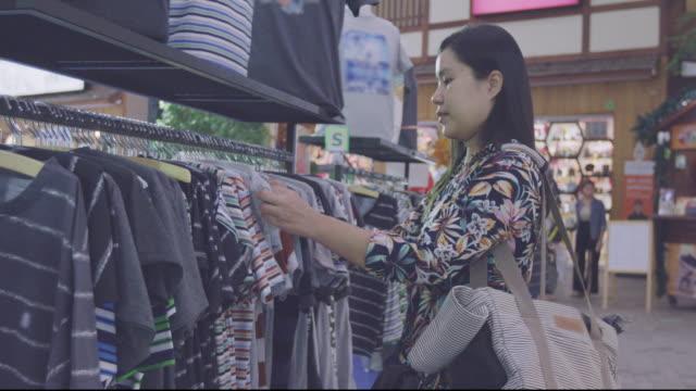 衣料品小売店の女性 - デザイナー服点の映像素材/bロール