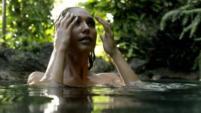 女性の自然のプール - 人間の関節点の映像素材/bロール
