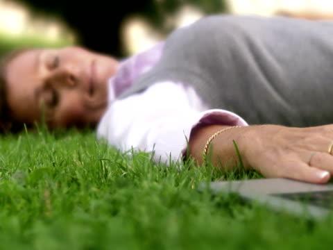 a woman in a park using a laptop sweden. - weibliche angestellte stock-videos und b-roll-filmmaterial