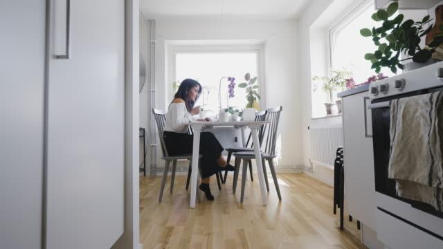 vídeos y material grabado en eventos de stock de mujer en una videoconferencia en casa - escandinavia