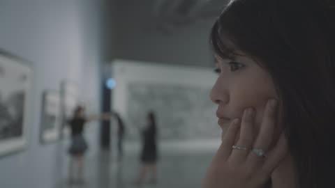 vídeos y material grabado en eventos de stock de mujer en la galería de arte - arte