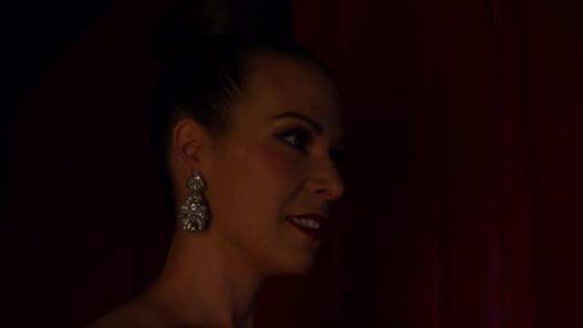 vídeos de stock, filmes e b-roll de woman in backstage - coque cabelo para cima