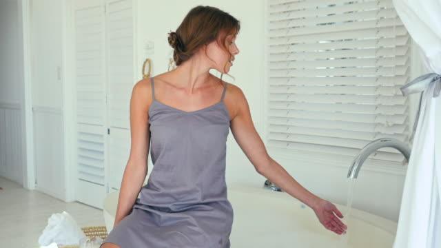 vídeos y material grabado en eventos de stock de woman in bathroom - camisola