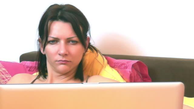 vídeos de stock e filmes b-roll de mulher na cama - sentar se