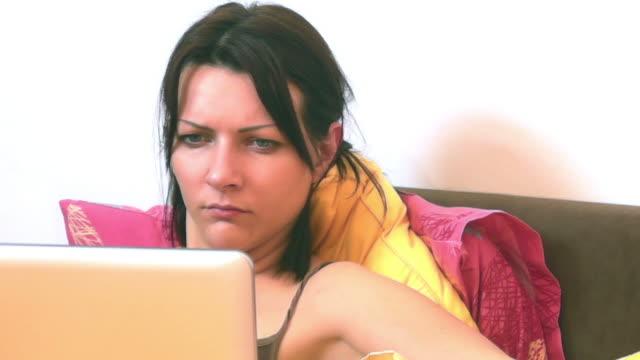 vídeos de stock, filmes e b-roll de mulher na cama - olhos verdes