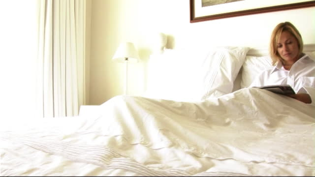 stockvideo's en b-roll-footage met woman in bed - one mid adult woman only