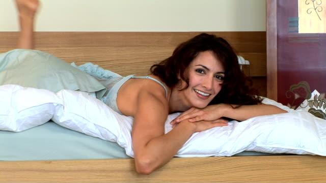 vidéos et rushes de woman in bed - seulement des jeunes femmes
