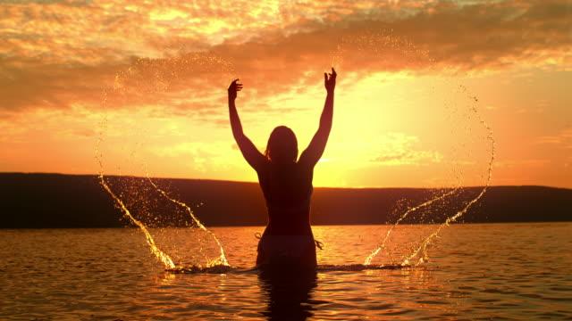 vídeos y material grabado en eventos de stock de super slo mo mujer en bikini salpicando agua sobre sí misma - escapismo