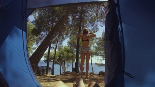 ms-woman in bikini draußen zelt auf sonnigen sommer campingplatz - küste stock-videos und b-roll-filmmaterial