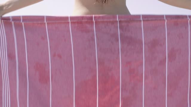 woman in bikini wrapping towel around - タオルにくるまる点の映像素材/bロール