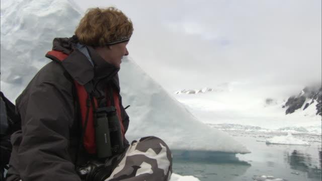 vídeos de stock e filmes b-roll de cu, woman in boat looking at antarctic landscape, paradise bay, antarctica - fotografia de três quartos