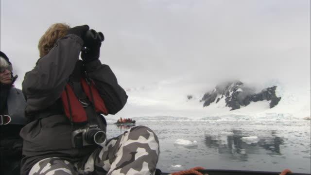 vídeos y material grabado en eventos de stock de cu, woman in boat looking at antarctic landscape, paradise bay, antarctica - encuadre de tres cuartos