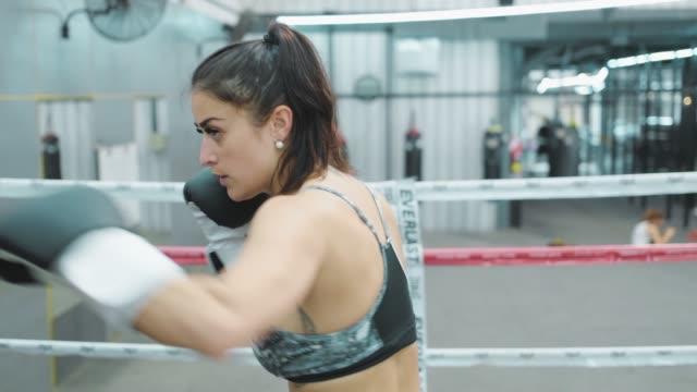 コーチとボクシングのクラスの女性。 - 自衛点の映像素材/bロール