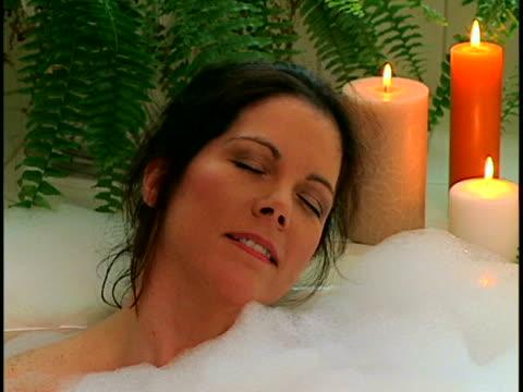 vídeos y material grabado en eventos de stock de woman in bubble bath - balneario