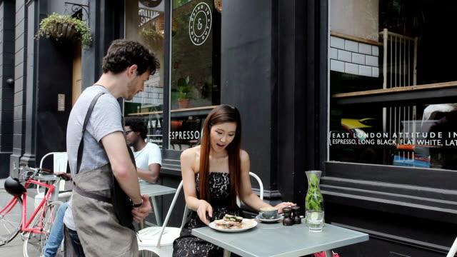 vídeos y material grabado en eventos de stock de woman in cafe - bandeja para servir