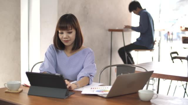 ラップトップに取り組んでカフェの女性 - 空白点の映像素材/bロール
