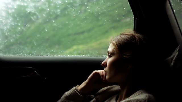 stockvideo's en b-roll-footage met vrouw in auto - passenger