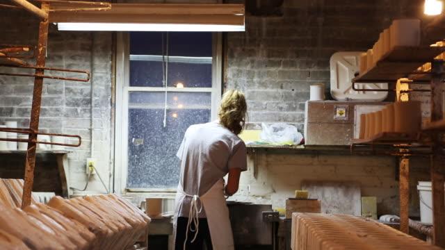 vidéos et rushes de woman in ceramics factory - poterie