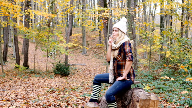 vidéos et rushes de femme à la cigarette dans la forêt - perte