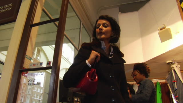 vidéos et rushes de ms, la, woman in clothing store, london, england - regarder autour de soi