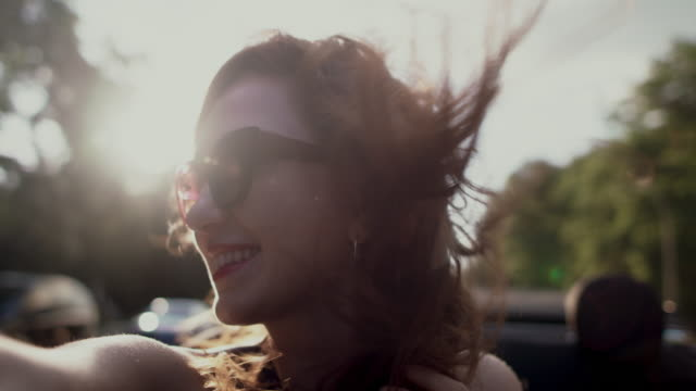 woman in convertible - orecchini video stock e b–roll