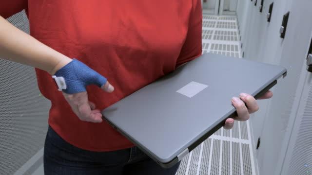 stockvideo's en b-roll-footage met woman in data center - noord holland