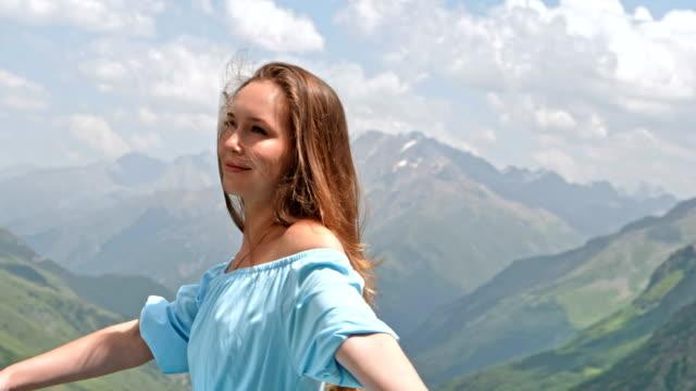 stockvideo's en b-roll-footage met vrouw in elegante jurk poseren in bergen - avondjurk