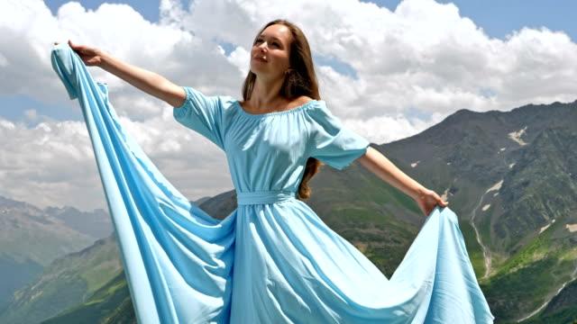 kvinna i elegant klänning poserar i bergen - skönhet och kroppsvård bildbanksvideor och videomaterial från bakom kulisserna