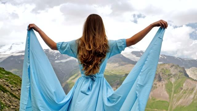 エレガントなガウンを山でポーズをとる女性 - ドレス点の映像素材/bロール