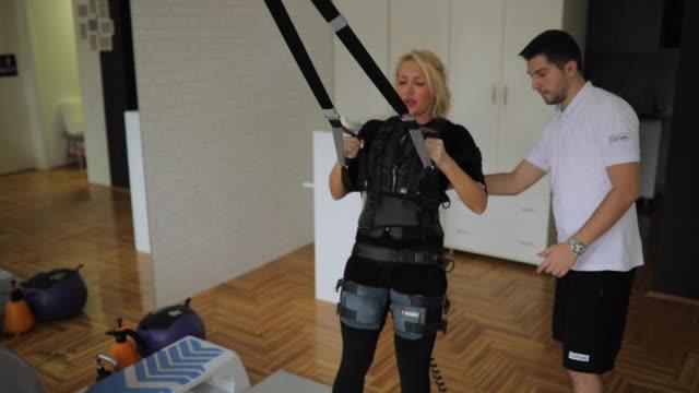 スラスト運動を行う ems スーツの女 - 電極点の映像素材/bロール