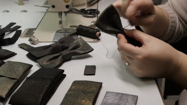cu-frau in fabrik nähen fliege - schleife stock-videos und b-roll-filmmaterial