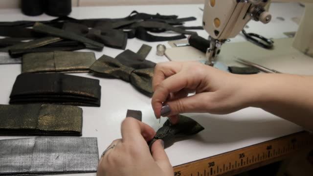 CU vrouw in fabriek naaien vlinderdas