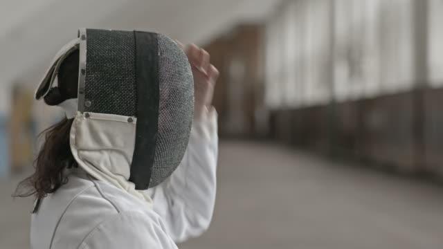 vídeos y material grabado en eventos de stock de woman in fencing gear beginning match - en guardia