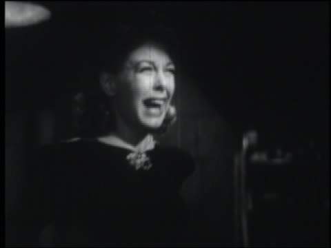 vídeos y material grabado en eventos de stock de b/w 1942 woman in formalwear screams in terror + runs away - temor