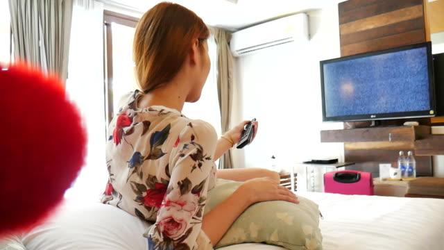 vidéos et rushes de femme à l'avant de télévision - télévision haute définition