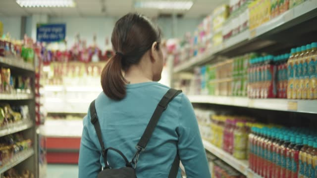 vídeos de stock e filmes b-roll de woman in grocery store - vista traseira