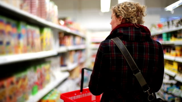 stockvideo's en b-roll-footage met woman in grocery store - markt