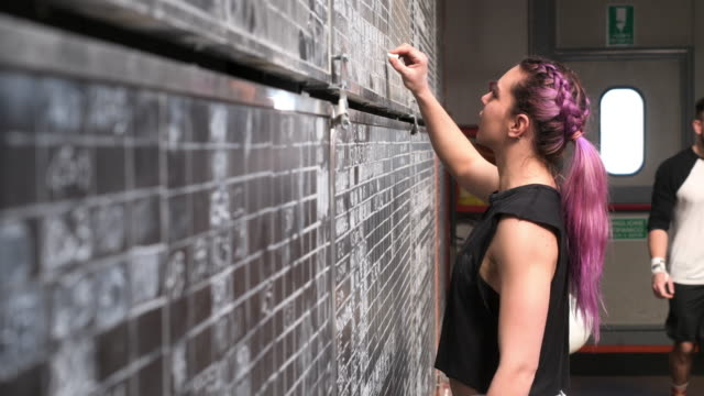 woman in gym - ノースリーブトップ点の映像素材/bロール