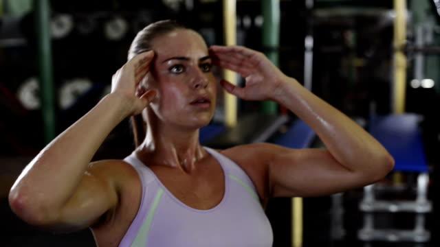 vídeos de stock, filmes e b-roll de mulher na academia de ginástica - músculo humano