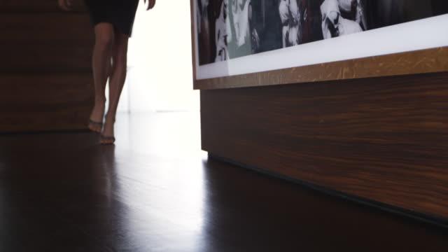 stockvideo's en b-roll-footage met ms ts woman in heels walking down in modern hallway / aspen, colorado, united states - hoge hakken