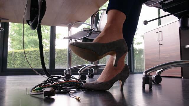 vídeos de stock, filmes e b-roll de mulher de salto alto sentada em seu workdesk - cadeira de escritório