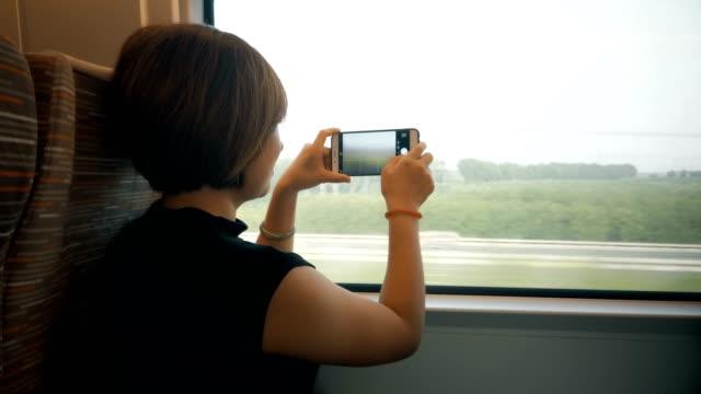 高速鉄道の女性、北京、中国。 - 席点の映像素材/bロール