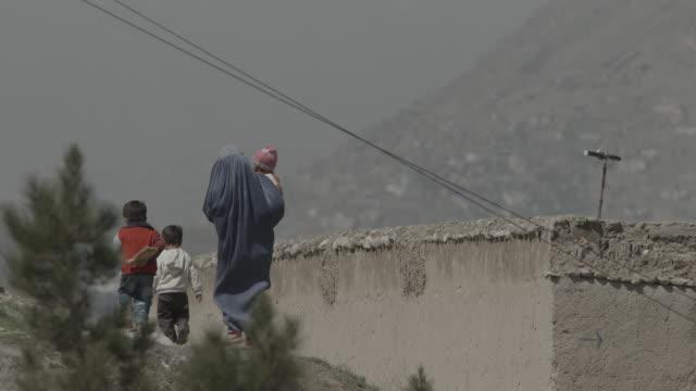 woman in hijab, with her three children - religiöse kleidung stock-videos und b-roll-filmmaterial