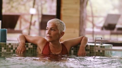 vídeos y material grabado en eventos de stock de mujer en el jacuzzi - balneario spa