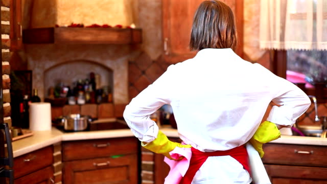 stockvideo's en b-roll-footage met woman in kitchen - messy