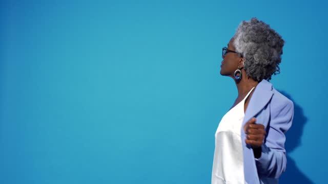 vidéos et rushes de a woman in lilac spins and dances. - 60 64 ans