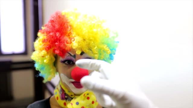 Frau in Liebe Clown in Aktion.