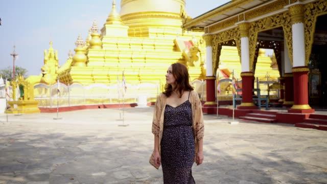 vídeos y material grabado en eventos de stock de mujer en el templo del buda mahamuni en mandalay al atardecer - mosaico